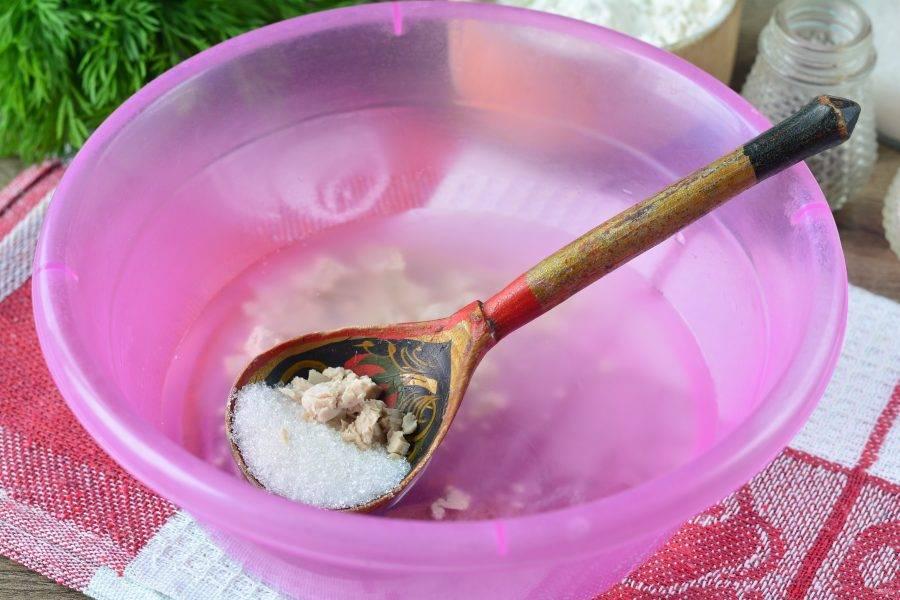 Для теста в теплую воду добавьте дрожжи и немного сахара (0,5 ч.л.). Размешайте.