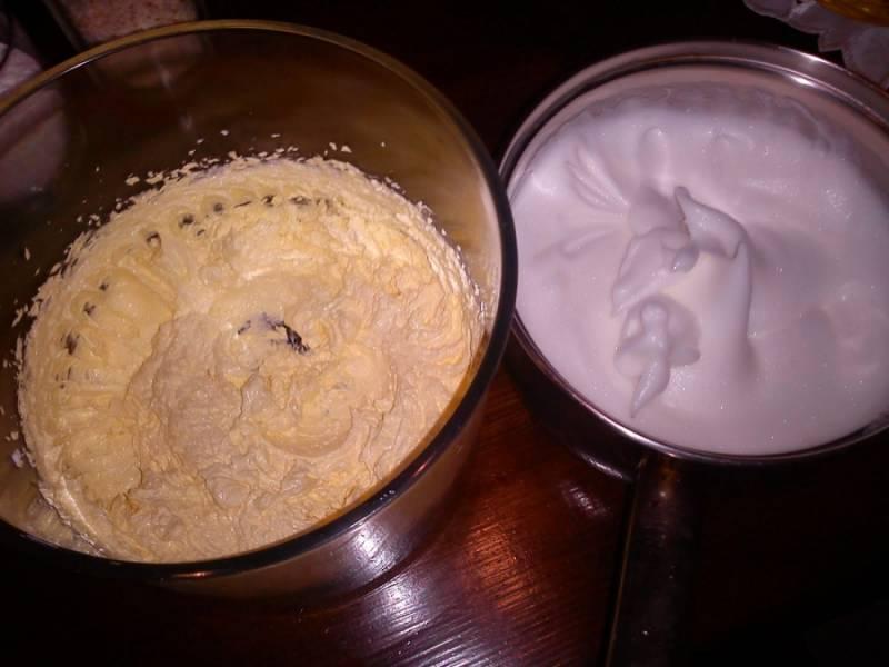 2 Размягченное сливочное масло взбить с сахаром. Аккуратно отделить белки от желтков. Белки взбить со щепоткой соли и небольшим количеством сахара до упругих пиков.