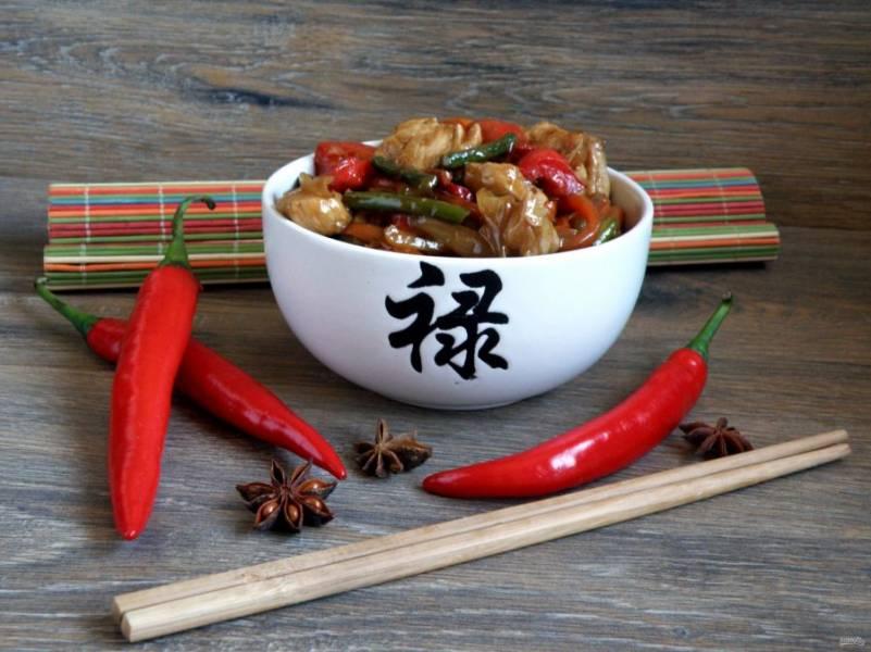 Подавайте сразу же. На гарнир (при желании) можно подать рис или рисовую лапшу.