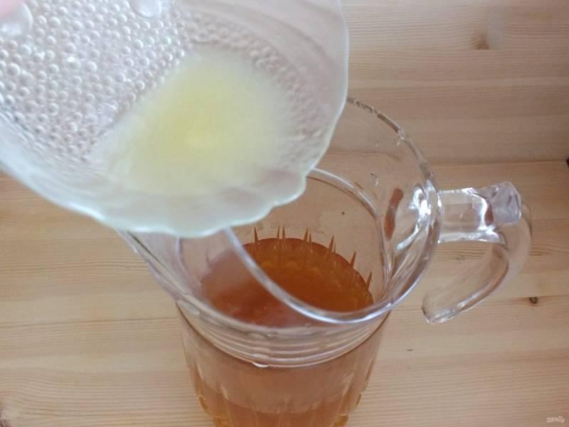 По истечении времени, компот процедите, добавьте охлажденный лимонный сок. Если нужно добавьте сахар по вкусу.