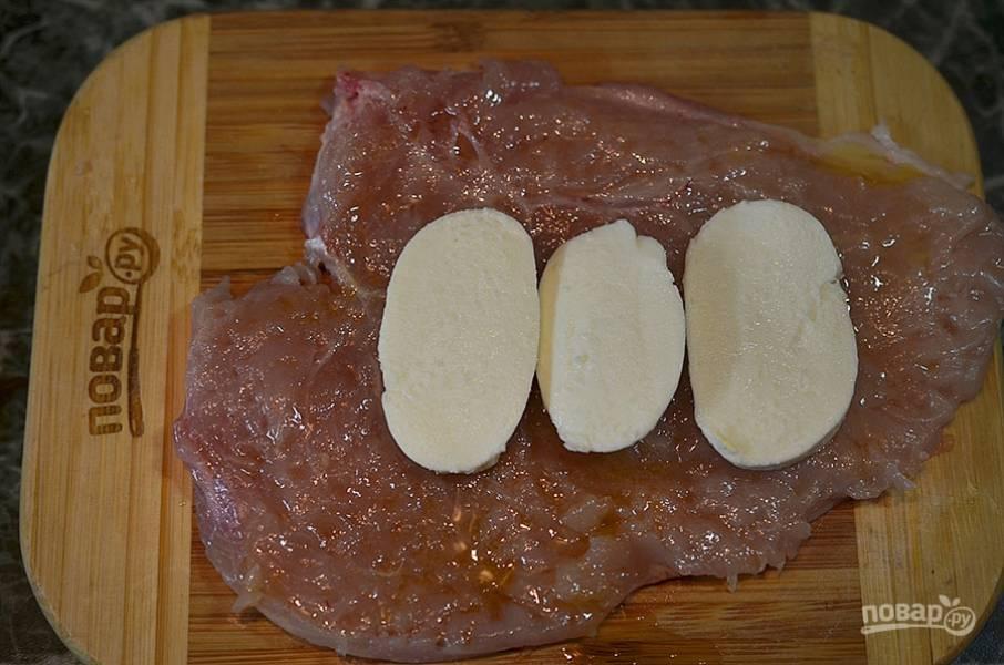 4. На каждую грудку выложите несколько кружков сыра.