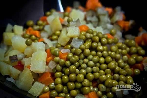 6. Соедините все в салатнике, добавьте зеленый горошек.