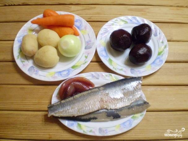 Разберите рыбу на филе, максимально удалите косточки. Понадобится одно филе. Овощи очистите от кожуры, приготовьте крупную терку.