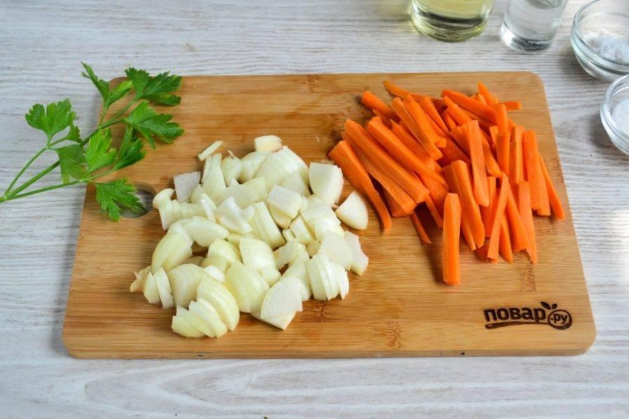 Морковь нарежьте соломкой, лук порежьте крупным кубиком.