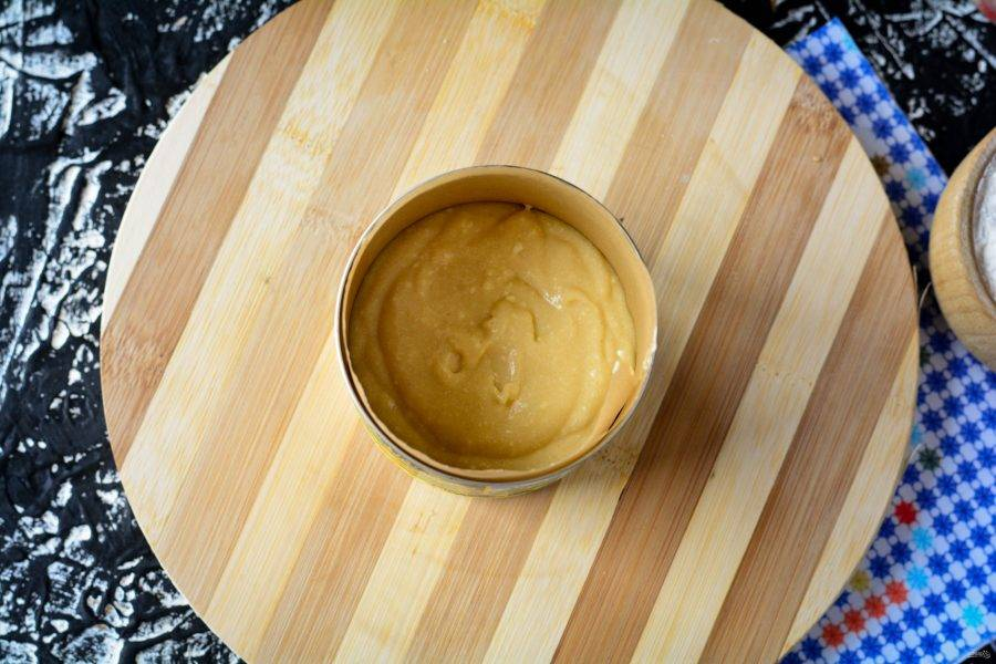 Распределите тесто в любые подходящие формочки, наполняя наполовину объема. Я использовала формы объемом 400 грамм — получается 2 средних кулича.