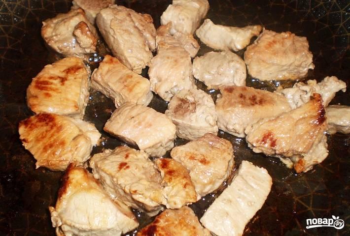 Обжаренное мясо переложите в кастрюльку.