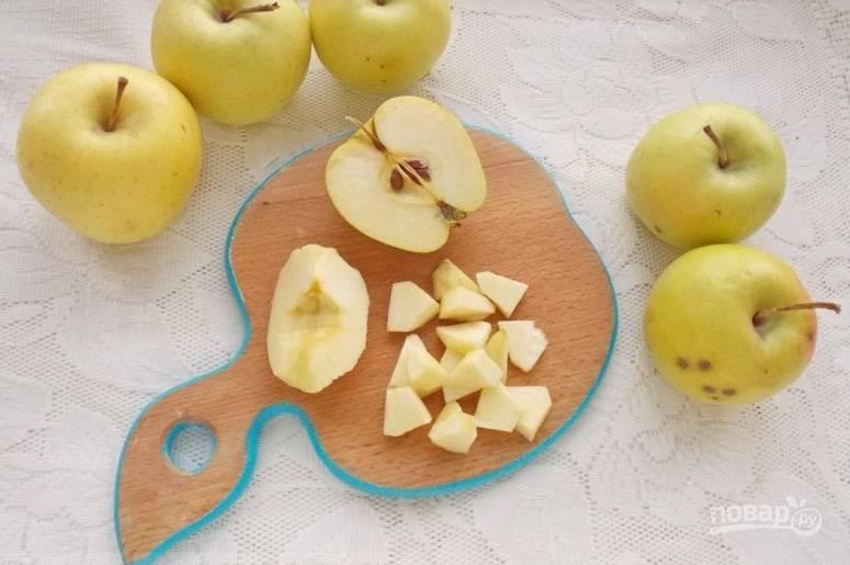 Яблоки промываем, вырезаем сердцевину и нарезаем мякоть кубиками. Кожуру удаляйте по желанию.
