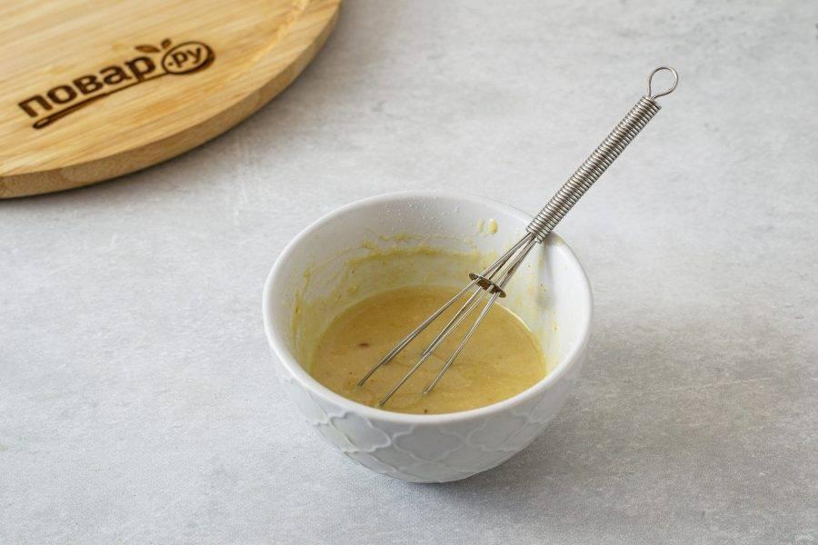 Для заправки смешайте кунжутную пасту с водой до однородной консистенции. Добавьте лимонный сок, сироп топинамбура, соль, черный молотый перец, измельченный зубчик чеснока и порошок карри.
