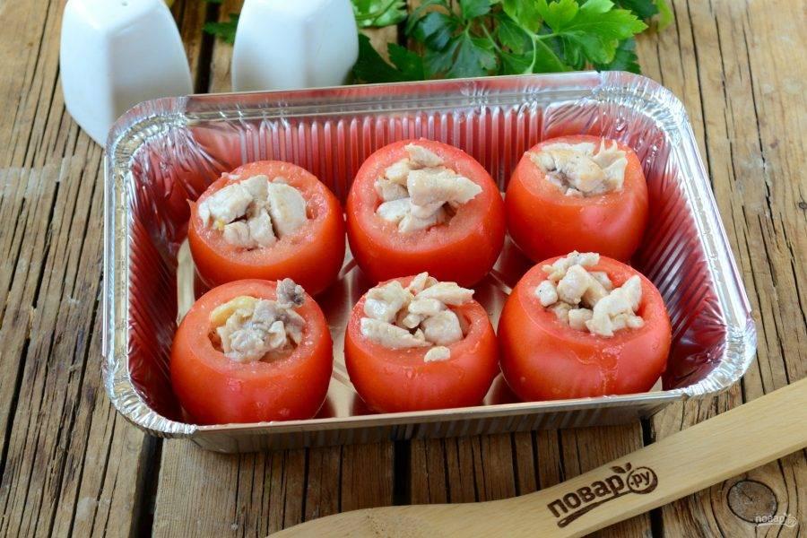 Заполните помидорки обжаренной грудкой.