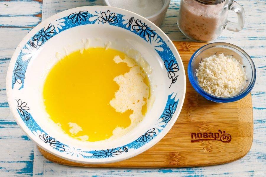 Растопите сливочное масло в микроволновке или на водяной бане, перелейте в глубокую емкость. Вместо масла можно использовать качественный маргарин, но не спред!
