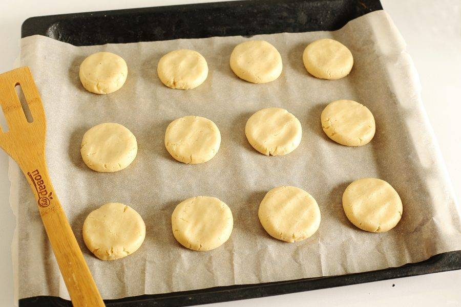 Немного расплющите печенье донышком стакана или рукой. Выпекайте в духовке при температуре 175 градусов (верх и низ) до румяности. Не пересушите изделия!