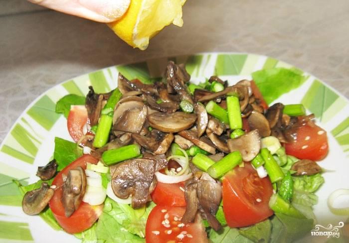 Грибы и спаржу посолить, поперчить и оставить под крышкой до полного остывания. Затем смешать с салатной основой, заправить лимонным соком и перемешать.