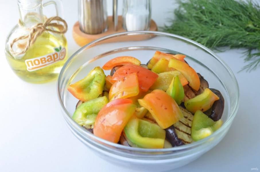 5. Кусочки перцев тоже немного подпеките на сухой сковороде, добавьте к баклажанам.