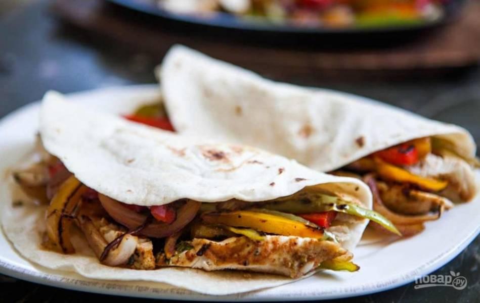 Теперь подготовьте лепешки и поместите в них еще теплую начинку из курицы и овощей. По вкусу добавьте порезанный авокадо, сметану и/или сальсу.