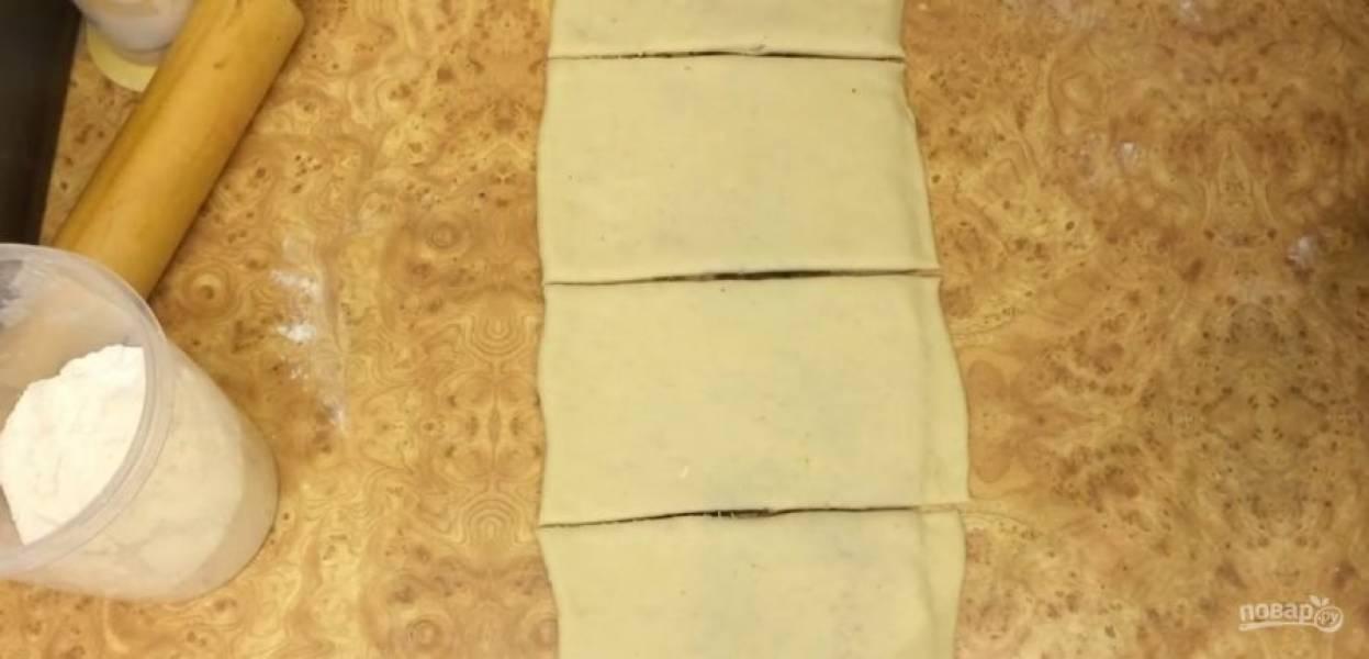 6. Немного раскатайте прямоугольник до увеличения его площади в два раза. Разделите пласт на 12 полос, каждую из них скрутите в жгут, оберните вокруг четырех пальцев руки.