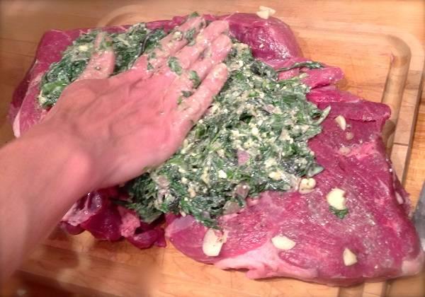 7. Выложить начинку на мясо, распределив по всей поверхности.