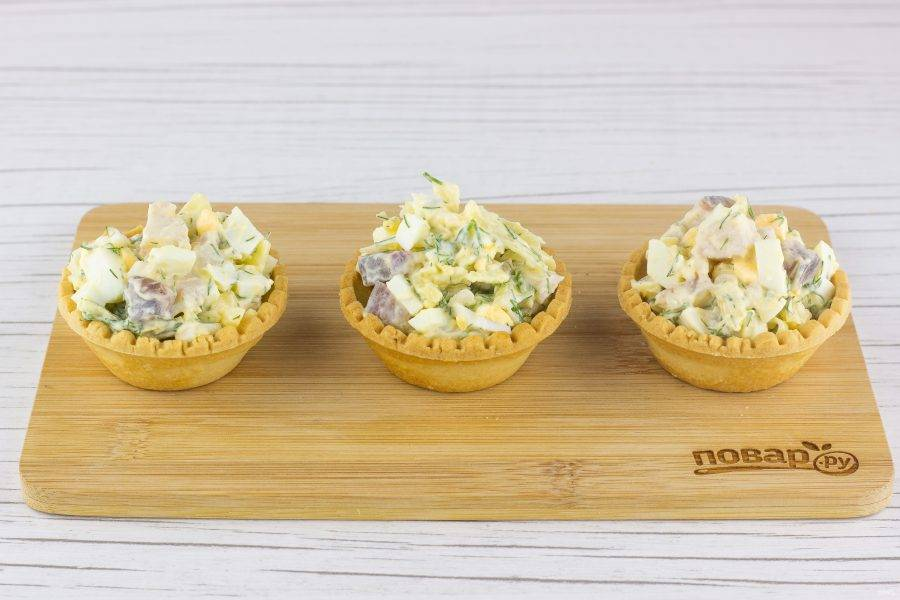 Наполните салатом тарталетки и подавайте к столу!