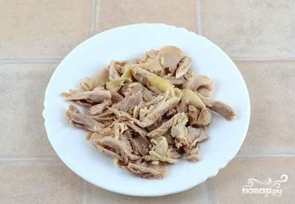 8. Отделите от костей куриное мясо и снова верните его в бульон.
