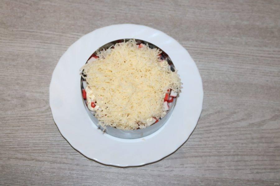 Третьим слоем выложите натёртый на мелкой тёрке сыр.