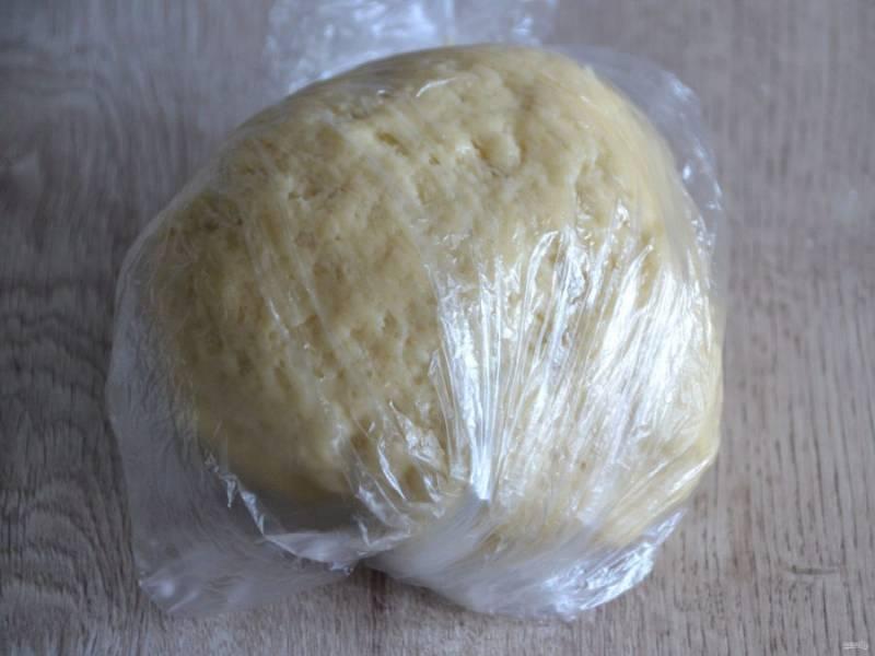 Быстро замесите тесто, скатайте в шар, уберите в холодильник на 30 минут.