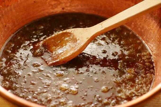 4. Варить желе из крыжовника на зиму в домашних условиях до тех пор, пора оно не начнет слегка густеть. В среднем от 7 до 20 минут.