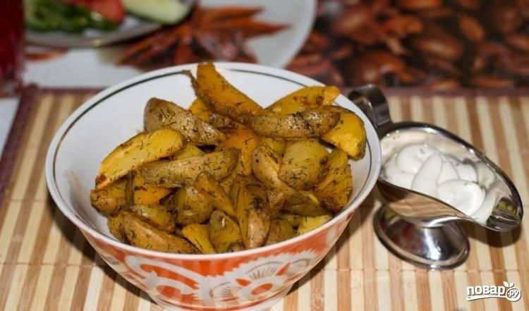 5.Готовый картофель перекладываю на тарелку и подаю со сметано-чесночным соусом. Приятного аппетита!