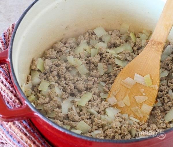 2.Перемешайте все и готовьте около 10 минут до готовности фарша.