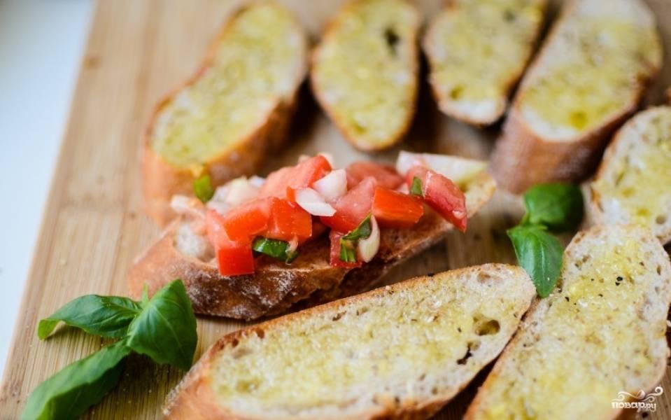 Выложить на хлеб овощи.