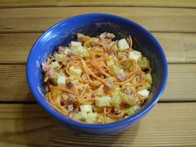 6. Перемешиваем. Настаиваем салат 15 минут. Украшаем зеленью, морковью и подаем к столу.