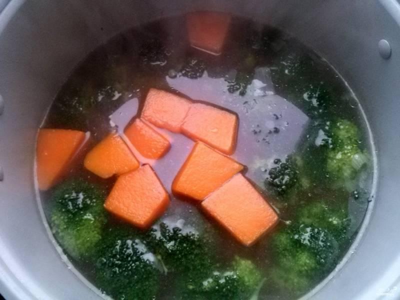 Добавьте овощи в бульон. Посолите по вкусу.