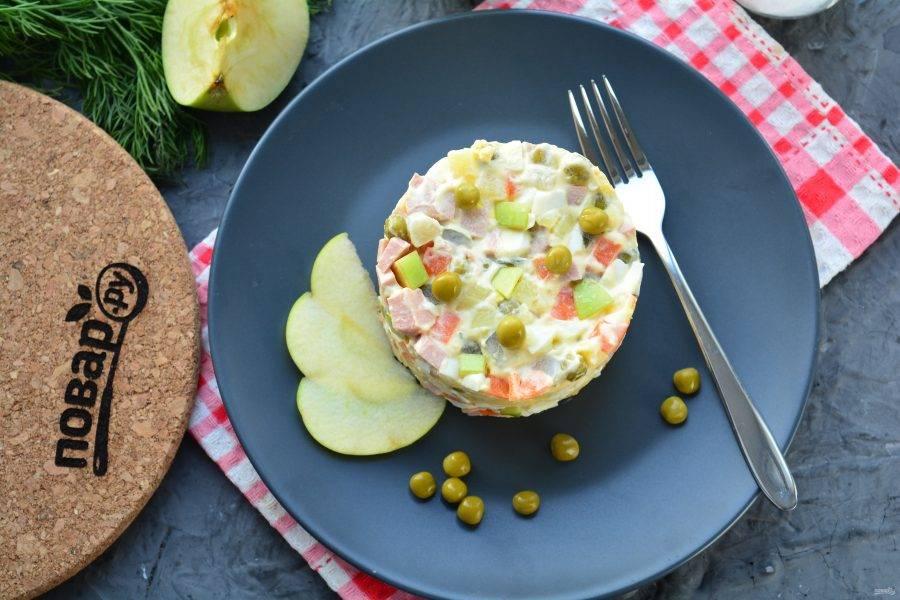 Салат поставьте в холодильник на 15-20 минут, затем подавайте к столу. Приятного аппетита!