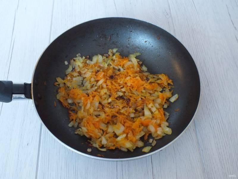 Отдельно обжарьте произвольно нарезанный лук и натертую на мелкой терке морковь.