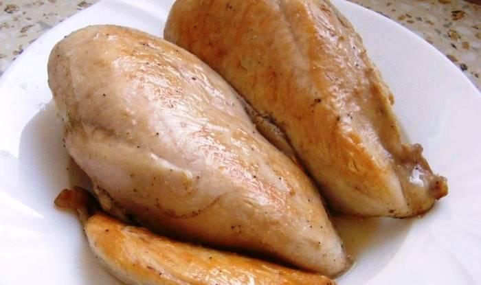 """Теперь вам нужно замариновать птицу. Натрите филе белым перцем и крупной морской солью. Замотайте в пищевую пленку и оставьте в холодильнике на пару часов. После этого филе индейки обжарьте в мультиварке под открытой крышкой в режиме """"Жарка"""" на оливковом масле."""