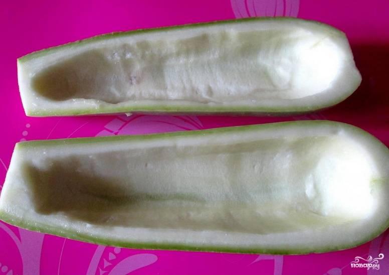 Кабачок промойте, разрежьте вдоль на 2 части. Аккуратно удалите мякоть, чтобы получились такие себе лодочки. Натрите солью и перцем.
