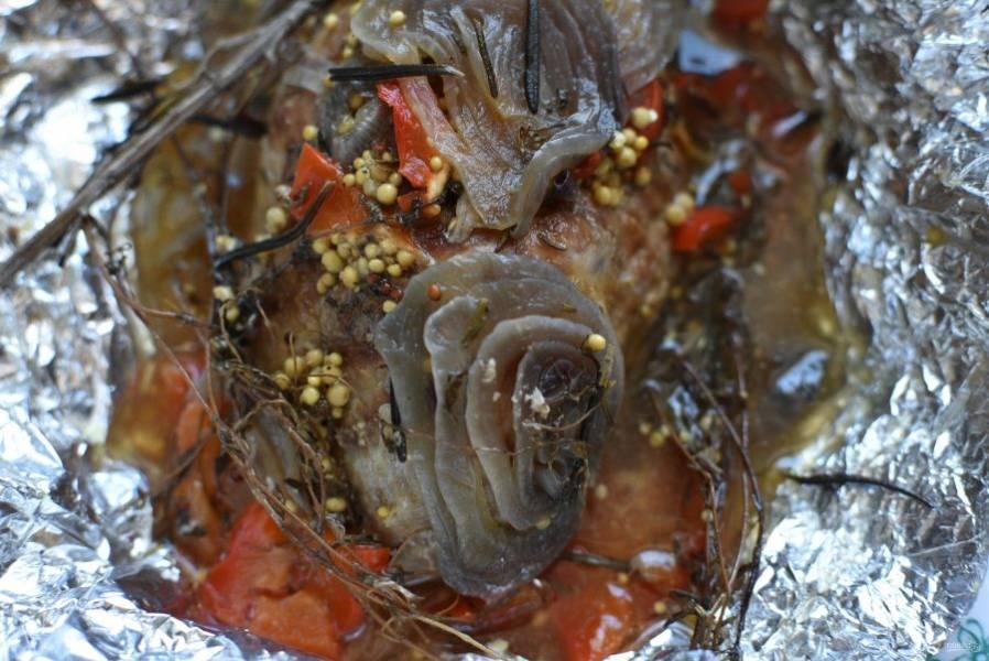Готовому мясу дайте полежать в фольге минут 15, а хатем подавайте горячим с любым гарниром. Или охладите мясо, не разворачивая фольгу, и уберите в холодильник.