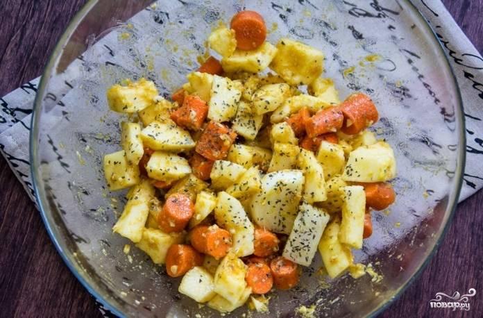 Замаринуйте на полчасика в этой смеси овощи. А сверху еще посыпьте базиликом.