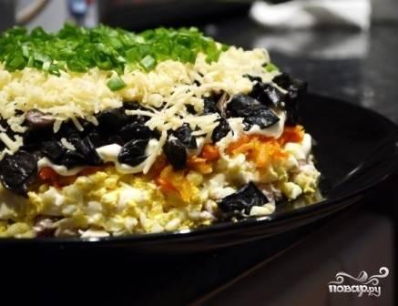 Затем выкладываем измельченный чернослив, слегка смазываем майонезом. Посыпаем натертым сыром и посыпаем измельченной зеленью. Даем салату настояться хотя бы час и подаем к столу.