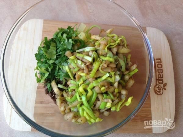 10. Добавляем баклажан с луком к остальным ингредиентам. Добавим молотый перец и, если необходимо, оливковое масло.