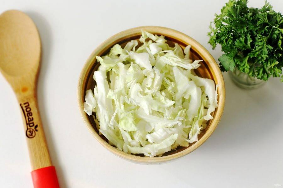 Когда бульон закипит, добавьте нашинкованную капусту.