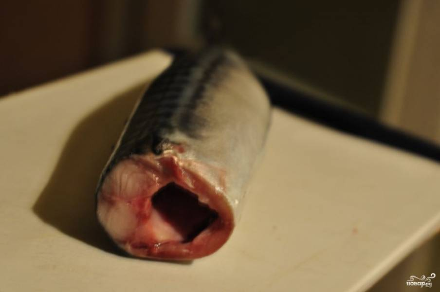 Рыбу почистите, удалите внутренности, отрежьте голову (если есть).