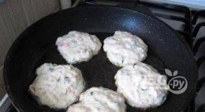 На разогретую сковороду с маслом ложкой выкладывайте тесто в виде кружков.
