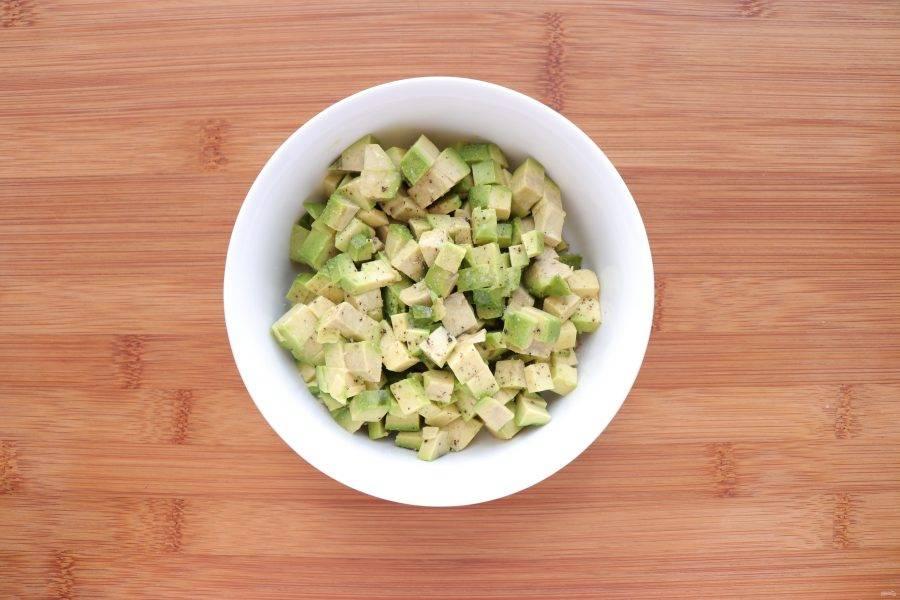 Авокадо очистите, нарежьте кубиками и сбрызните лимонным соком.