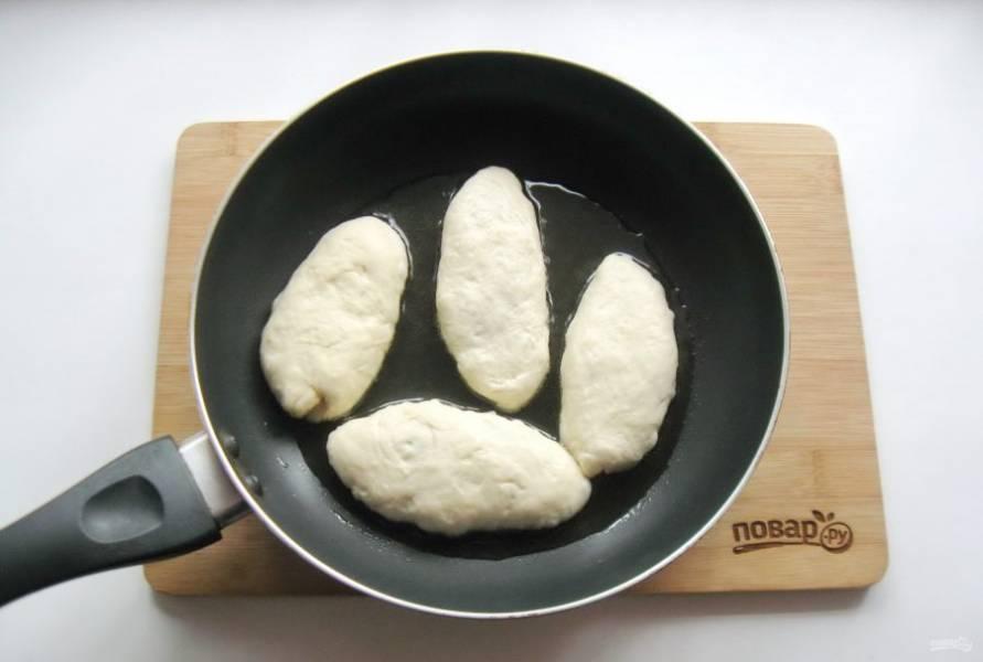 На горячую сковороду с подсолнечным маслом выложите пирожки.