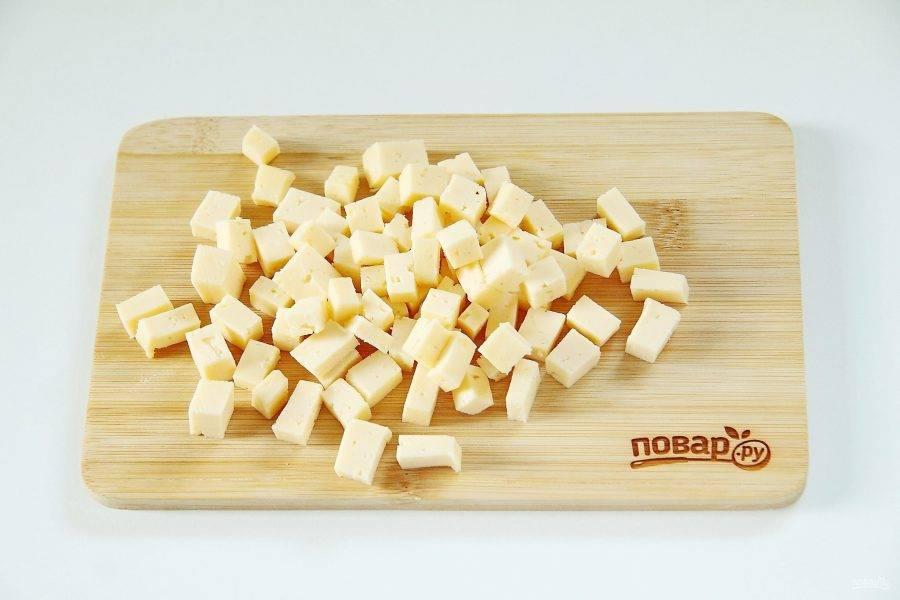 Сыр также нарежьте кубиками. Сыр подойдет любой, как плавленый, так и твердых сортов.