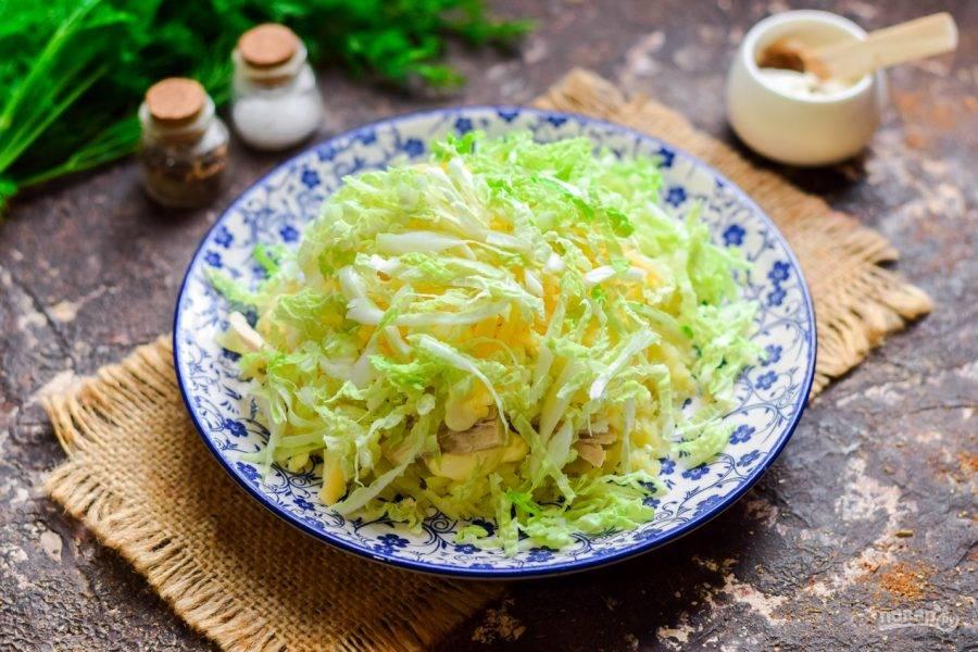 Пекинскую капусту нарежьте тонкой соломкой, выложите капусту поверх всех ингредиентов. Дайте салату настояться час и подавайте к столу.