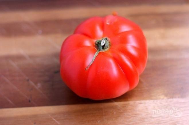 3. Вымойте, обсушите и нарежьте помидорку.
