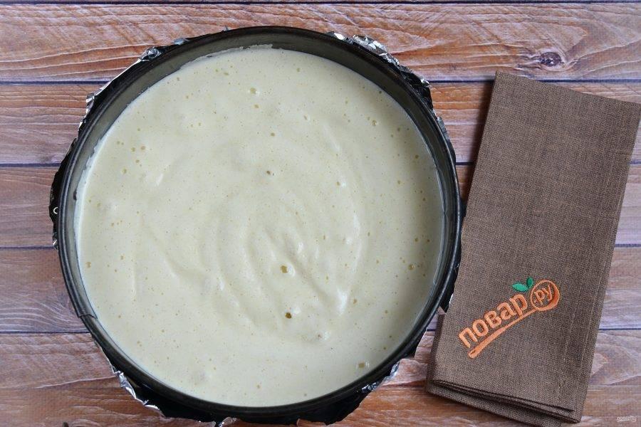 6. Форму для манника застелите пергаментом, смажьте растительным маслом, перелейте тесто. Так как форма разъемная, то я укрепляю бока фольгой, если вдруг что-то потечет, оно останется в фольге.
