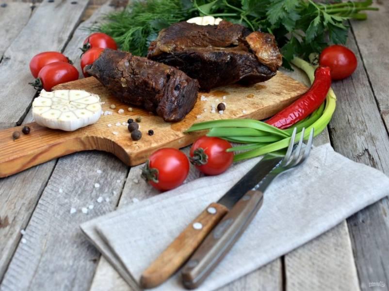 При подаче посыпьте крупной солью. Подавайте со свежими овощами, зеленью и острым перцем.