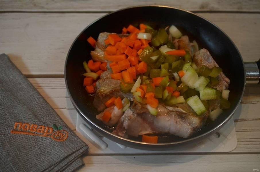 4. Добавьте в сковороду и обжарьте все вместе.