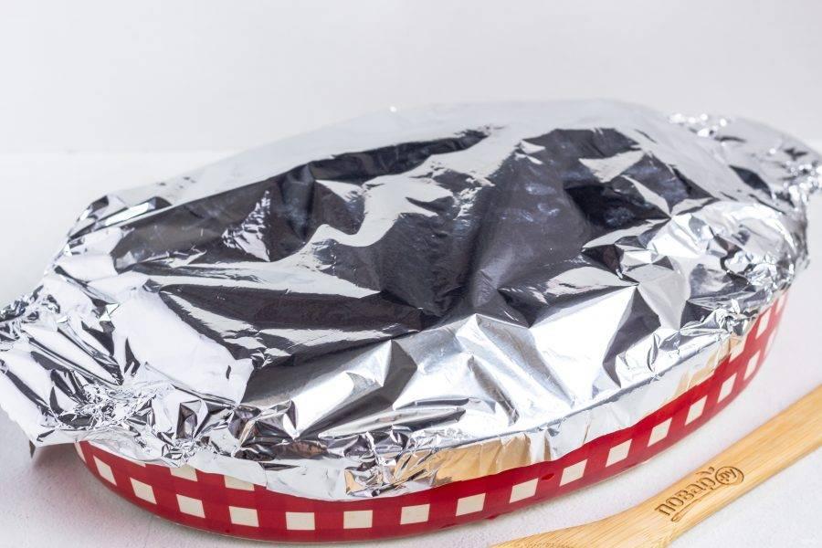 Накройте форму фольгой и поставьте запекаться в разогретую до 200 градусов духовку на 45-50 минут. Затем снимите фольгу и запекайте ещё 15-20 минут.